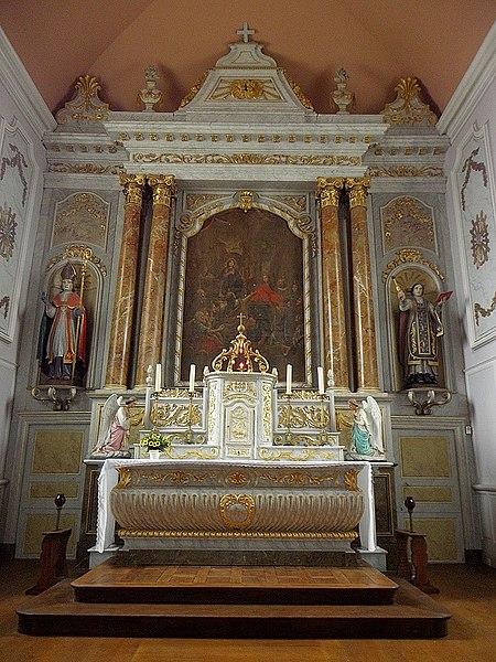 Intérieur de l'église Saint-Guinou, commune de Saint-Guinoux (35). Maître-autel et son retable.