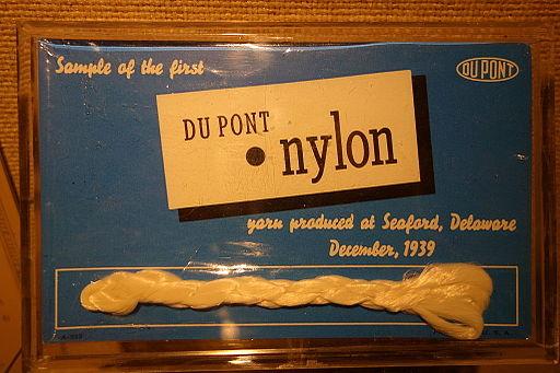 デュポン社が1939年12月に公開したナイロンの最初のサンプル。Sample of first DuPont nylon, December 1939 - Heritage Exhibit - Longwood Gardens - DSC00947