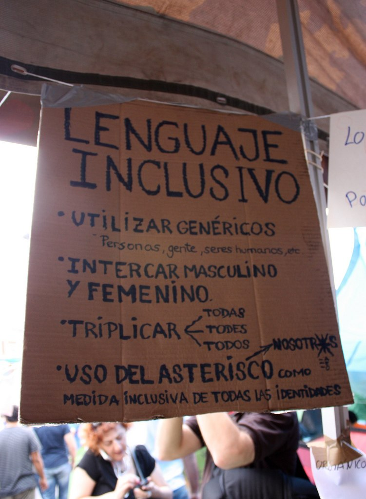 Sign explaining inclusive language in spanish