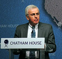 Description de l'image Sir John Holmes at Chatham House 2013.jpg.
