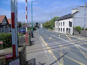 Ballasalla railway station - The automated main road crossing in 2003; the cottages to the right were occupied by railway porters