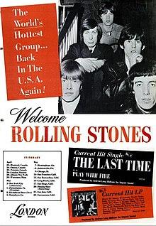 Černá a bílá obchodní reklama pro severoamerické turné v roce 1965 Rolling Stones.  Členy kapely jsou sedí na schodišti buď s rukama sepjatýma, nebo rukama, díval se na kameru.  Zleva: Přední řádek obsahuje Brian Jones, Bill Wyman;  druhý řádek obsahuje Charlie Watts a Keith Richards;  řádek třetí (a poslední) obsahuje Mick Jagger.