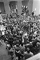 Studenten demonstreren in de hal van de Universiteit van Amsterdam in de Oudeman, Bestanddeelnr 921-3979.jpg