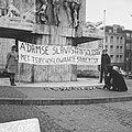 Studenten in Slavische Taal demonstreren bij Nationaal Monument uit solidariteit, Bestanddeelnr 922-0352.jpg
