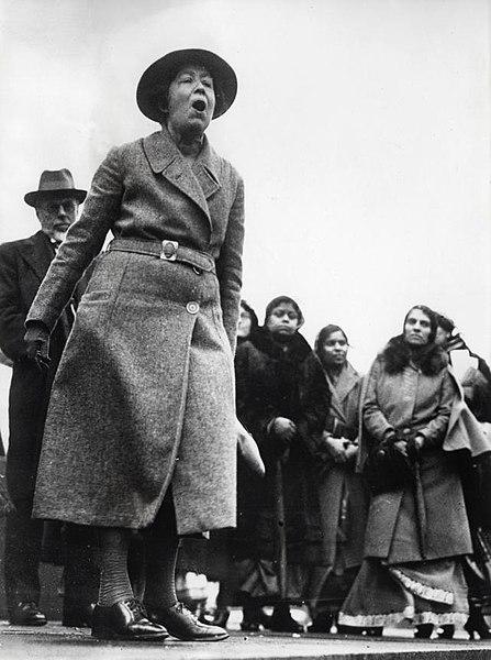 Biografías de Mujeres Socialistas. - Página 2 447px-Suffragette_Sylvia_Pankhurst_Suffragette_Sylvia_Pankhurst
