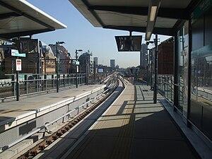 Tower Gateway DLR station - Image: Tower Gateway DLR stn departure platform look east 2