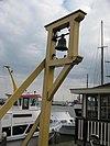 Een eenvoudig houten klokkenstoel met de Trouwklok 1771