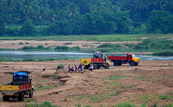 Trucks-looting-sand-from-bhararthapuzha.jpg