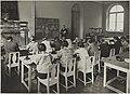 Tyyliopin opetustilanne, 1920-luku. Opettaja Edward Elenius. Taideteollisuuskeskuskoulun opetustilanteita.-TaiKV-07-007.jpg