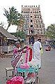 Vente d'offrandes devant le temple de Durga (Patteeswaram, Inde) (14078212681).jpg