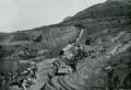 Vormarsch der Japaner. Antransport von Belagerungsgerät auf einer von Kulis betriebenen Feldbahn.png