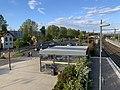 Vue d'un garage à vélos et du parking de la gare de Montluel (mai 2019).jpg