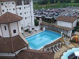 Zicht op het zwembad van het hotel