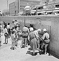 Wasplaats in de open lucht op de rand van straat en strand waar badgasten wassen, Bestanddeelnr 255-1965.jpg