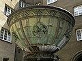 Wien-Fünfhaus Vogelweidhof - Brunnen im mittleren Hof.jpg