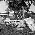 """""""Šterna"""" (vodnjak) deli- vreten (kalal), kalau?nk (lesena posoda za vodo) (""""K?lat"""" vodo iz šterne), Zadlog 1959.jpg"""