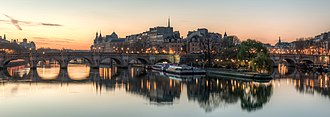 Île de la Cité - Île de la Cité as seen from the Pont des Arts shortly before sunrise