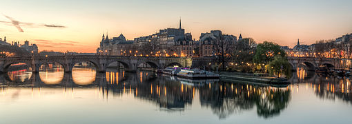 Île de la Cité shortly before sunrise, West View 140320 1.jpg
