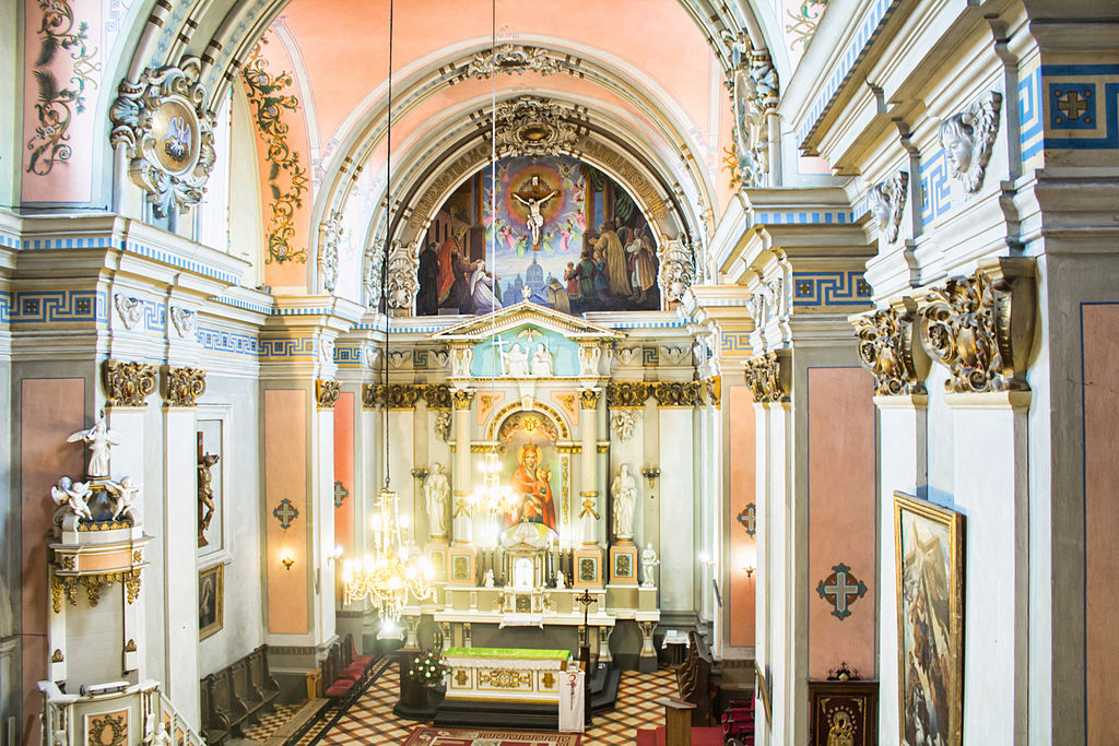 Кафедральний костел алтарь.jpg