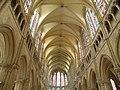 Центральный неф церкви сен-Пьер - panoramio.jpg