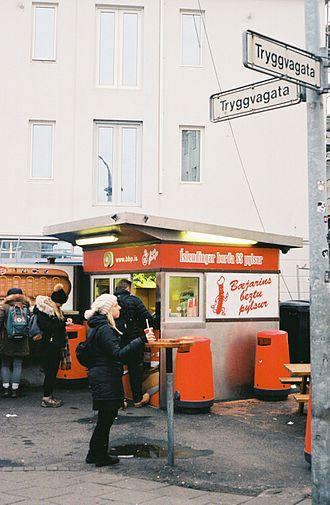 Bæjarins Beztu Pylsur - Stand and intersection of streets