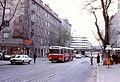 068R22070580 Schlosshoferstrasse, Blick Richtung Schöpfleuthnergasse, Gleise der Strassenbahn Linie 17, Bus Linie 27A,.jpg