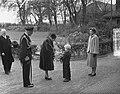 100 jaar KIM Den Helder bezoekdag koningin Juliana. De vorstin krijgt bloemen aa, Bestanddeelnr 906-7897.jpg