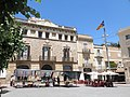 123 Plaça de l'Ajuntament (Sant Sadurní d'Anoia), al fons la casa Josep Mestres.jpg