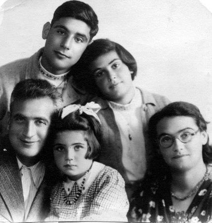 18משפחת שטראוס 1945 מיכאל ונעמי עומדים טרודה רותי וארנסט יושבים - iמוש btm4427.jpeg