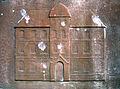 1971 abgerissen zugunsten des Berufschulzentrums, eines der Gebäude Ohestraße 8 und 9, stilisierter Umriss auf der Tafel zum Mahnmal für jüdisches Leben in Hannover.jpg