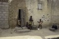ASC Leiden - van Achterberg Collection - 03 - 53 - Quatre enfants jouent devant une maison aux murs d'argile - Ségou, Mali - novembre-décembre 1993.tif