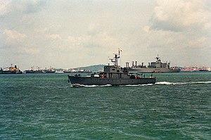 Une vue bâbord de la proue du navire-école de Singapour RSS PANGLIMA (P-68) en cours.jpg
