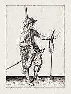 Aanwijzing 4 voor het hanteren van het musket - Mette rechter hant u Musquet om hooch hout, ende in de lincker hant sincken laet (Jacob de Gheyn, 1607)