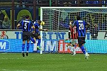 Adriano segna la rete del momentaneo 1-0 nel derby del 15 febbraio 2009
