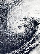 Un ciclón no tropical con nubes envueltas ciclónicamente alrededor de un centro abierto