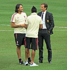 Allegri (a destra) alla guida del Milan nell'estate 2012, a colloquio con Robinho e Mario Yepes prima dell'amichevole col Real Madrid allo Yankee Stadium di New York.