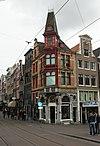 foto van Hoekhuis in zogenaamd Oudhollandse, maar in werkelijkheid zeer electische neo-renaissancestijl, met gave winkelpui, door een torentje met Frans toit-en-pavillon bekroonde hoekerker en trapgevel
