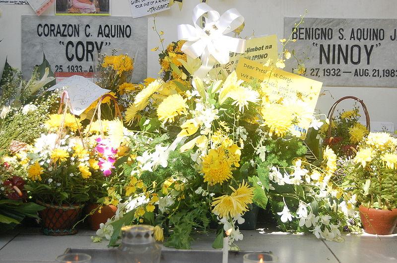 File:Aquino grave.jpg