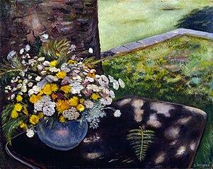 Vaso di fiori con sfondo campestre