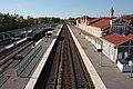 Bâtiment voyageurs, poste d'aiguillage, quais, voies et trains, vus depuis la passerelle.JPG