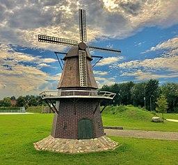 Maßstabsgetreue Bäker-Mühle im Mehrgenerationenpark, die an die 1870 erbaute Kappenwindmühle erinnert.