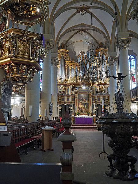 Datei:Bückeburg Stadtkirche Innenraum.JPG
