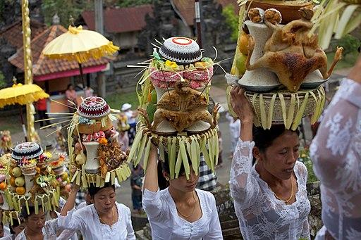Balinese vrouwen in een processie bij een festival in Ubud, -7 Aug. 2009 a