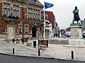 Bapaume hôtel-de-ville et statue Faidherbe 1a.jpg