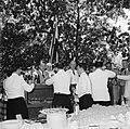 Barbecue ter ere van het koninklijk bezoek op het landgoed Fontein op Bonaire, Bestanddeelnr 252-3858.jpg