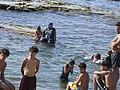 Beirut, Líbano - mujer niña baña vestida (nadando con ropas).jpg