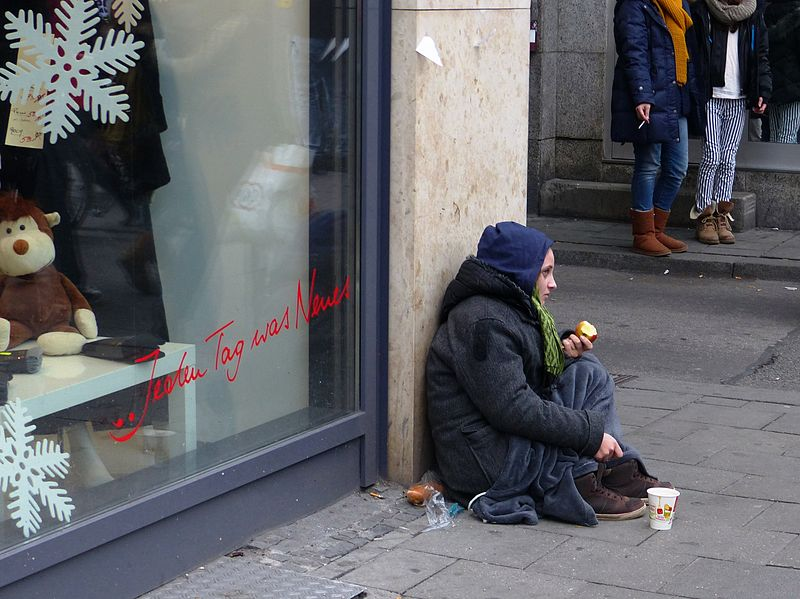 File:Bettlerin Obdachlose (12269192996).jpg