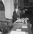 Binnenhof Den Haag Tweede Kamer Bureau en zetel van de voorzitter, met bode, Bestanddeelnr 900-8310.jpg