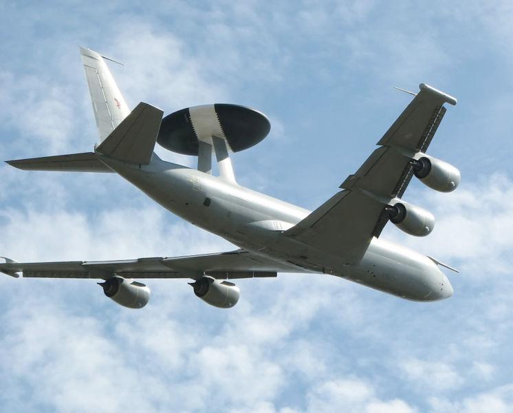 Aviones de Alerta Temprana y Guerra Electrónica  746px-Boeing.e3-d.sentry.underside.arp