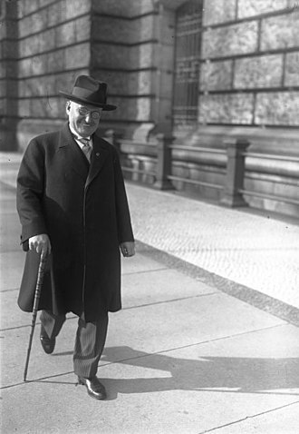 Paul Löbe - Löbe on his way to the Reichstag, October 1930